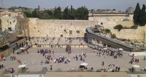 Touristenziele müssen natürlich auch dabei sein: Die Klagemauer. Im Hintergrund die Al-Aksa-Mosche mit der grauen Kuppel.