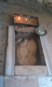 In der Himmelfahrtskirche findet sich dann dieser Fußabdruck von Jesus. Der Abdruck des linken Fußes ist nicht mehr vorhanden, da er beim Umbau in eine Moschee entfernt wurde. Nun weiß also auch die neuere Forschung, welche Schuhgröße er hatte.