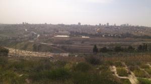 Blick vom Ölberg aus Richtung Altstadt Jerusalems. Die Al-Aksa-Moschee ist nicht die mit der goldenen Kuppel (das ist der Felsendom) sondern das flachere Gebäude auf der linken Seite. Außerdem sieht man hier schon sehr schön die Reihe an Gräbern vor den Stadttoren.