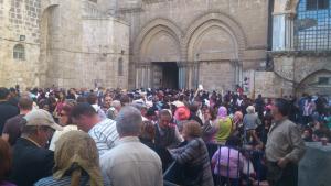 So sieht es Karfreitag vor der Grabeskirche aus. Massen an Gläubigen warten auf Einlass.
