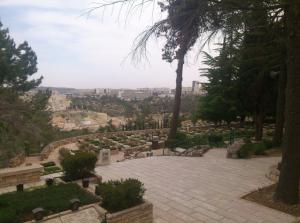 Ein kleiner Blick vom Militärfriedhof auf dem Mount Herzl Richtung Neustadt Jerusalems.