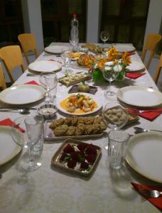 Wer da nicht neidisch wird, dem ist nicht zu helfen: So sah unsere letzte-Pessach-Abend-Tafel (am Anfang) aus.
